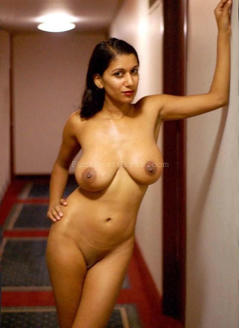 Pretty Desi NRI Milf Posing Nude in hotel room